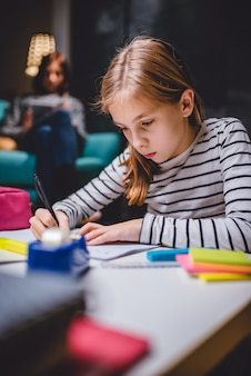 Meisje huiswerk laat in de nacht