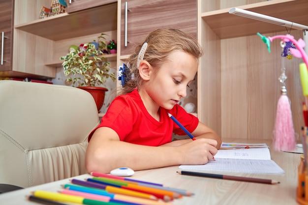 Meisje huiswerk thuis in haar kamer