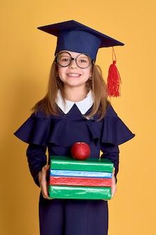 Meisje in academicuskleren met boek