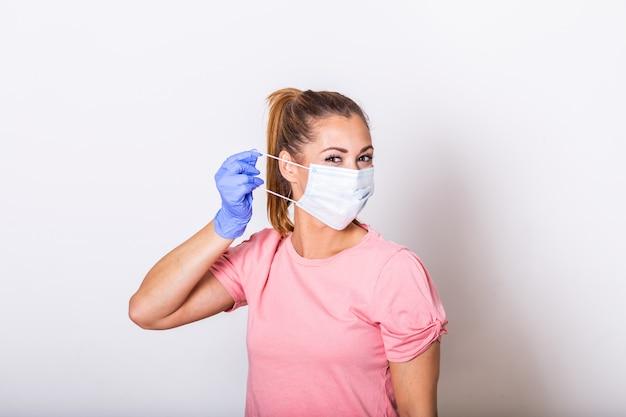 Meisje in ademhalingsmasker. gemaskerde aantrekkelijke vrouw die op beschermend masker zet. covid - 19, coronaviruspreventie