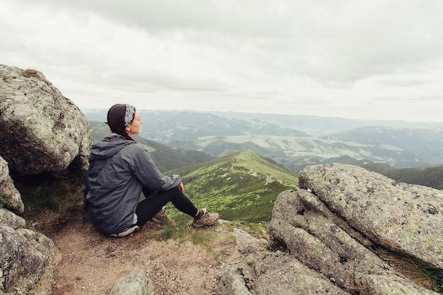 Meisje in bergtop genieten van uitzicht