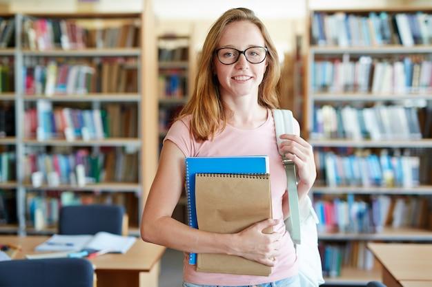 Meisje in bibliotheek