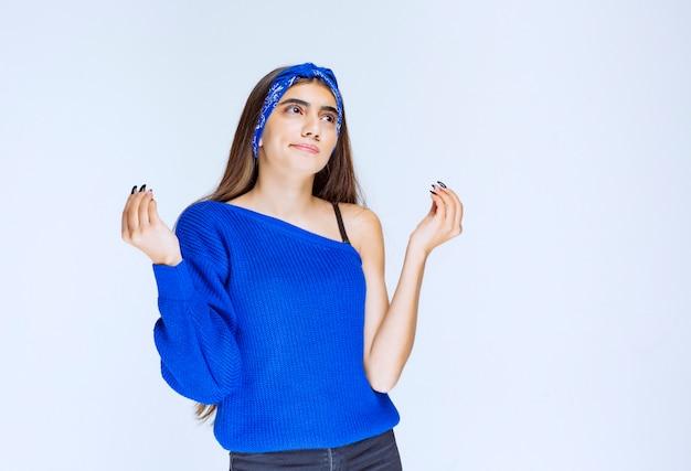 Meisje in blauw shirt doet meditatie en kalmeert.