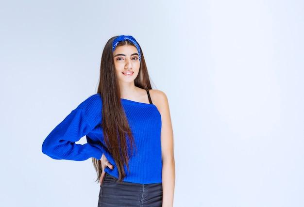 Meisje in blauw shirt met verleidelijke en vrolijke poses.