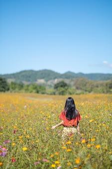 Meisje in bloem veld