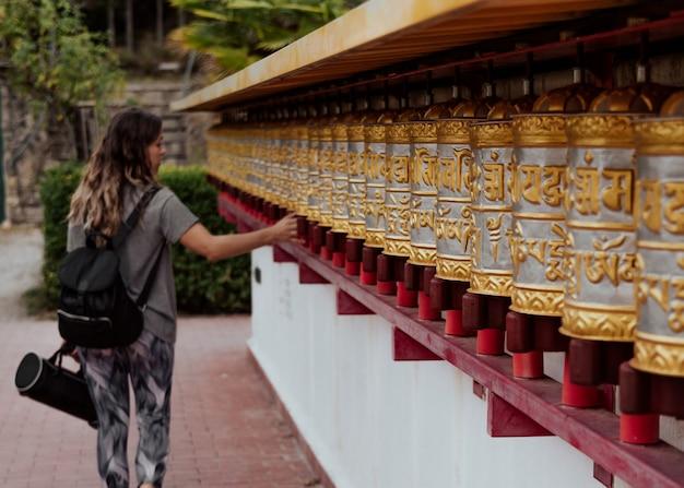 Meisje in boeddhistische tempel dag shang kagyu in panillo huesca aragon spanje