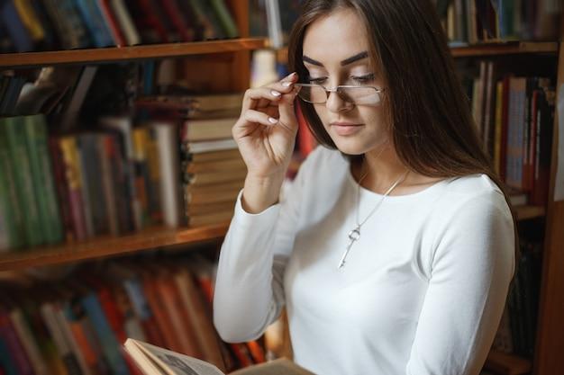 Meisje in de bibliotheek