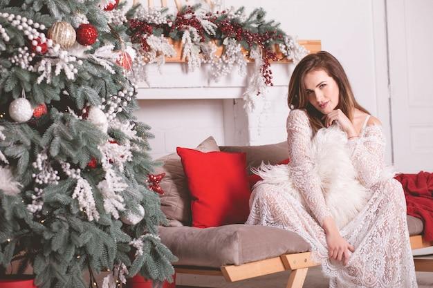 Meisje in de buurt van de kerstboom