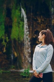 Meisje in de buurt van de waterval