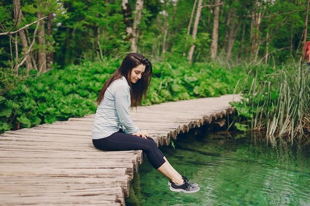 Meisje in de buurt van het water