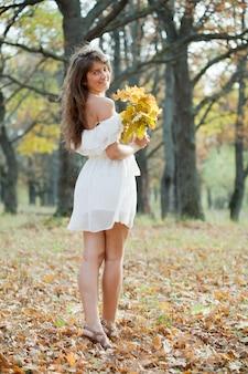 Meisje in de herfstpark
