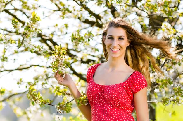 Meisje in de lente en boombloesem