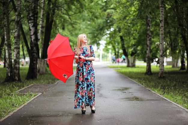 Meisje in de straat met een paraplu voor een wandeling op een zomerdag