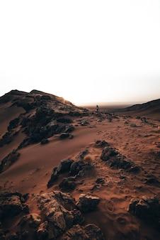 Meisje in de woestijn bij de zonsopgang