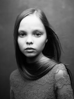 Meisje in een bijgesneden weergave van een jurk.