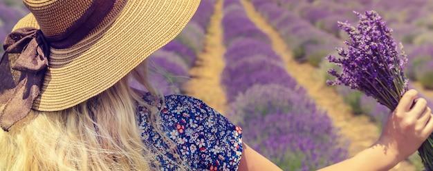 Meisje in een bloeiende veld van lavendel.