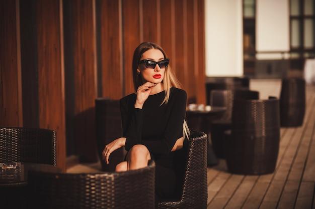 Meisje in een elegante zwarte jurk