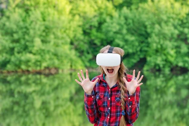 Meisje in een helm van virtual reality