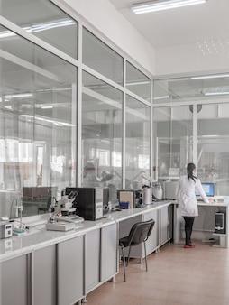 Meisje in een industrieel laboratorium test op de kwaliteit van producten