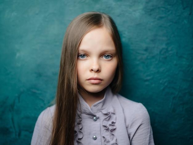Meisje in een jurk lang haar emoties depressie groene achtergrond