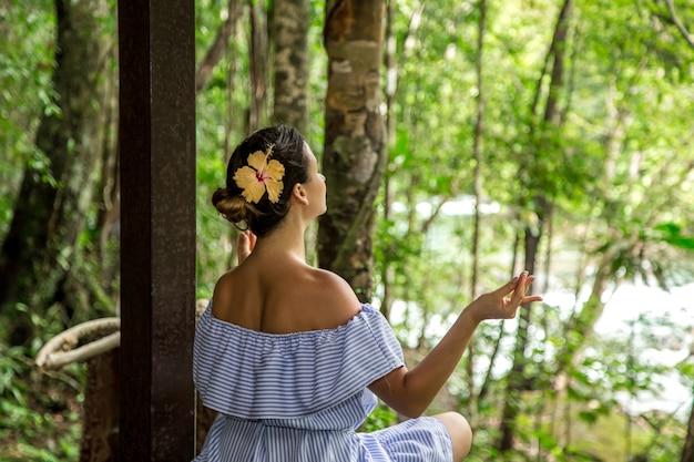 Meisje in een jurk mediteert