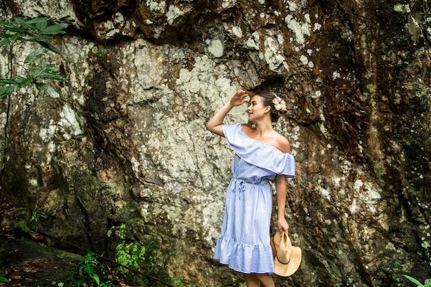 Meisje in een jurk op de rots