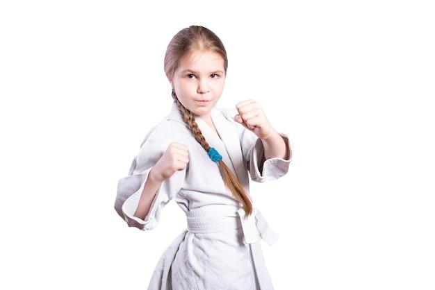 Meisje in een kimonojudo. in een vechthouding. geïsoleerd op een witte achtergrond. hoge kwaliteit foto