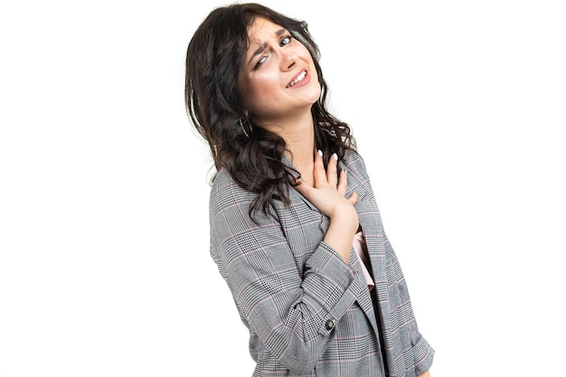 Meisje in een klassiek geruit grijs jasje verontschuldigt zich voor het ongemak