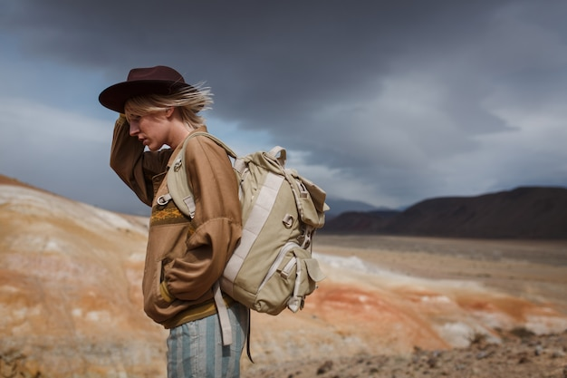 Meisje in een leren jas met haar hoed