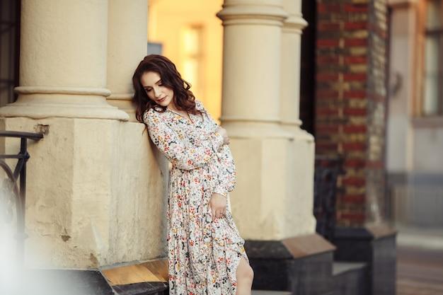 Meisje in een mooie jurk park in een bloem