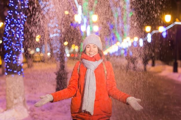Meisje in een nacht stad sneeuwvlok kerst stadslichten. kerst en winter vakantie concept.