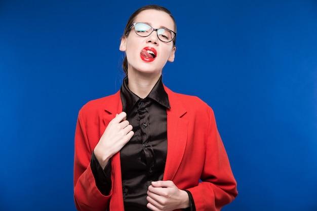 Meisje in een rode jas met rode lippen
