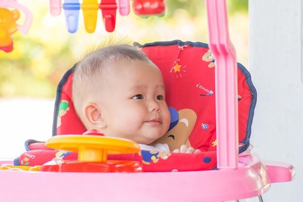 Meisje in een speelgoedautocabine