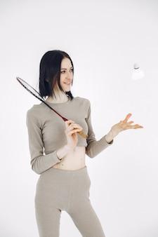Meisje in een sportuniform. vrouw op een witte achtergrond. sportvrouw met een kort kapsel.