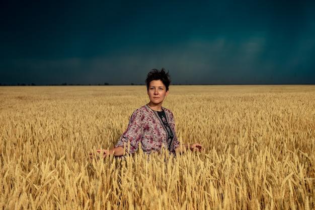 Meisje in een tarweveld vóór een onweersbui