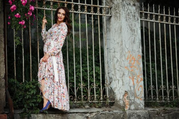 Meisje in een veld van bloemen, in een mooie jurk