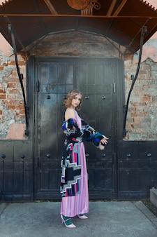 Meisje in een vintage etnische mode handgemaakte jurk buitenshuis poseren