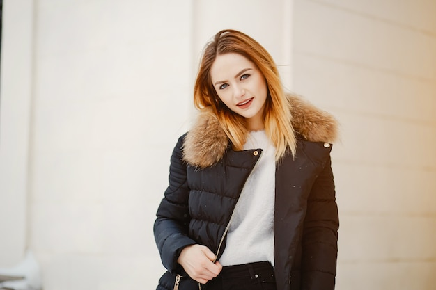 Meisje in een winterstad