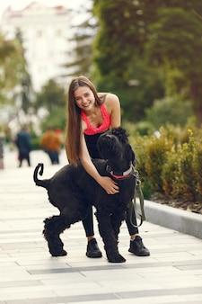 Meisje in een zomerstad met hond