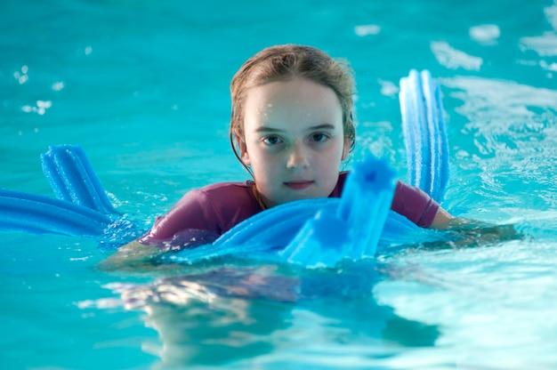 Meisje in een zwembad in gimli, manitoba, canada