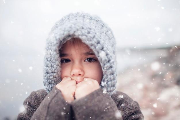 Meisje in gebreide grijze hoed