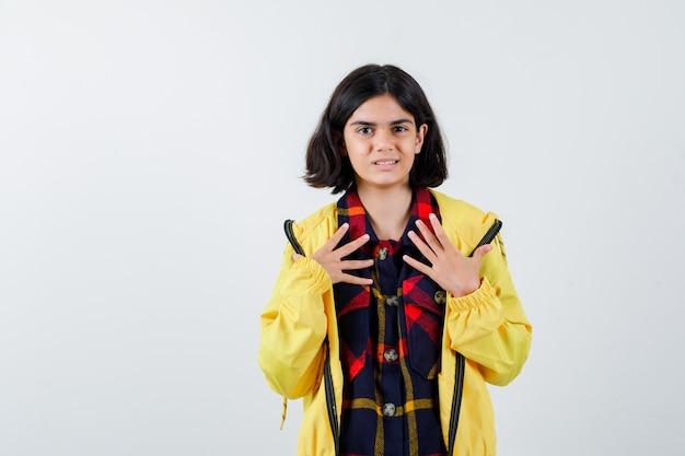 Meisje in geruit overhemd, jasje hand in hand op de borst en er mooi uit