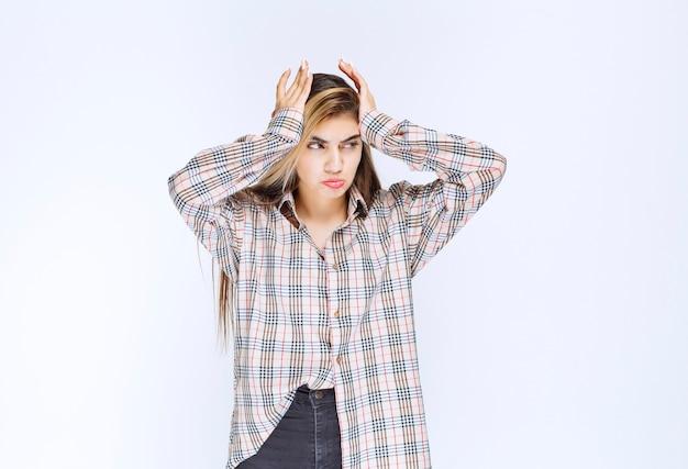 Meisje in geruit overhemd ziet er nerveus en agressief uit