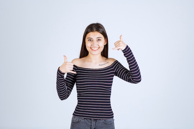 Meisje in gestreept overhemd dat roepnaam toont.