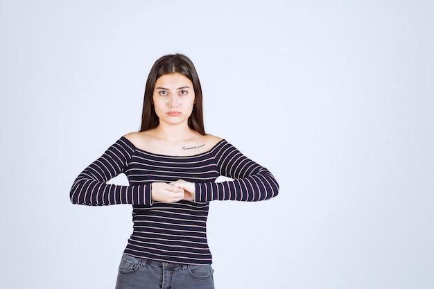 Meisje in gestreept overhemd geeft neutrale poses zonder reacties.