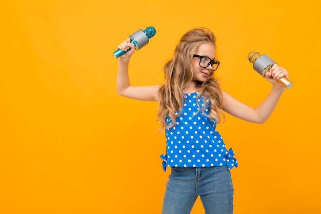 Meisje in glazen zwaait met haar handen met microfoons