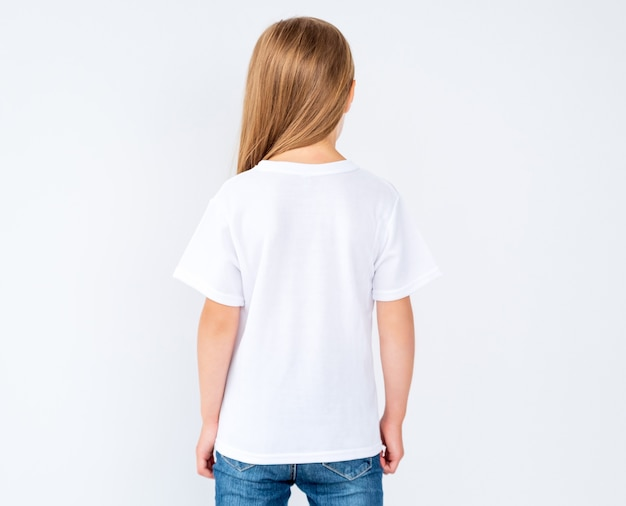 Meisje in gloednieuwe witte lege geïsoleerde t-shirt