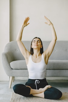 Meisje in goede fysieke conditie. yoga-oefeningen. meisje met lang haar