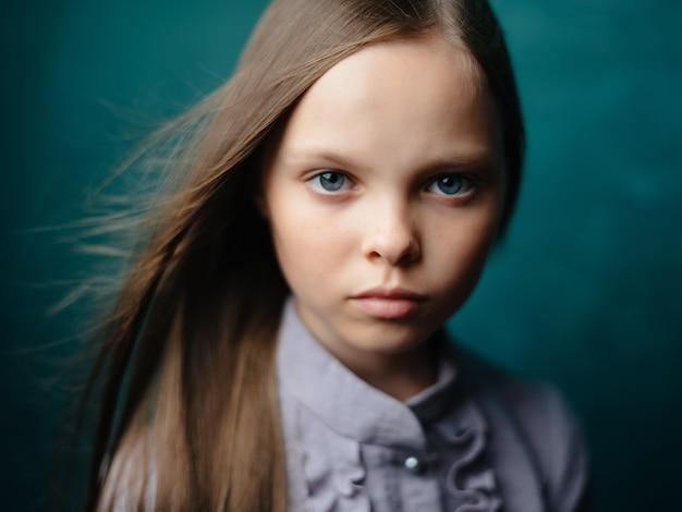 Meisje in grijze jurk studio emoties ontevredenheid depressie