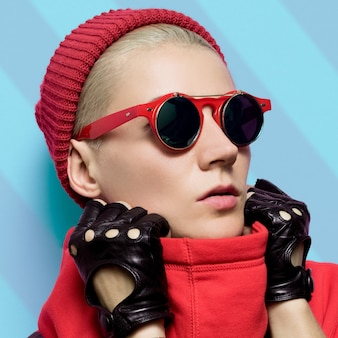 Meisje in herfst modeaccessoires. rode hoed en bril. stijlvolle handschoenen.
